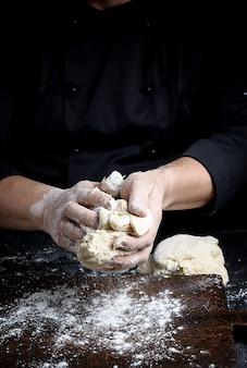 Baker, amassa a massa de farinha de trigo branca