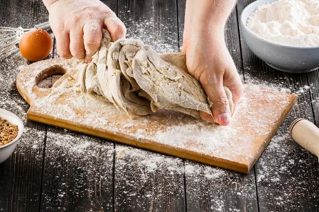 Baker, amassar a massa para fazer pão