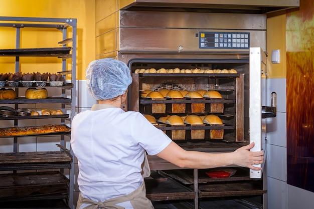 Baker assa pão