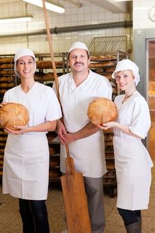 Baker com sua equipe na padaria