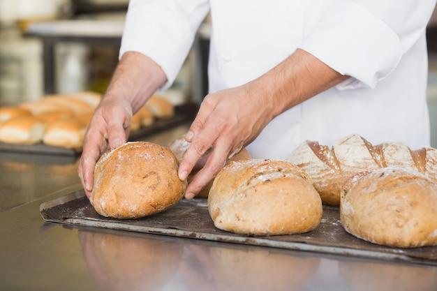 Baker, verificando o pão acabado de cozer