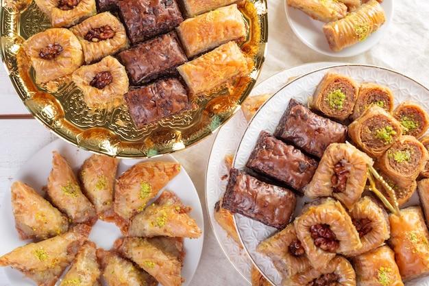 Baklava árabe oriental tradicional da sobremesa com mel e nozes turcos, foco seletivo. copie o espaço