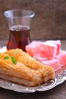 Baklava com nozes e delícias turcas com chá em turco