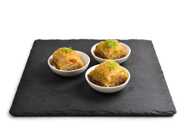 Baklava de pistache em uma placa preta. sobremesa.
