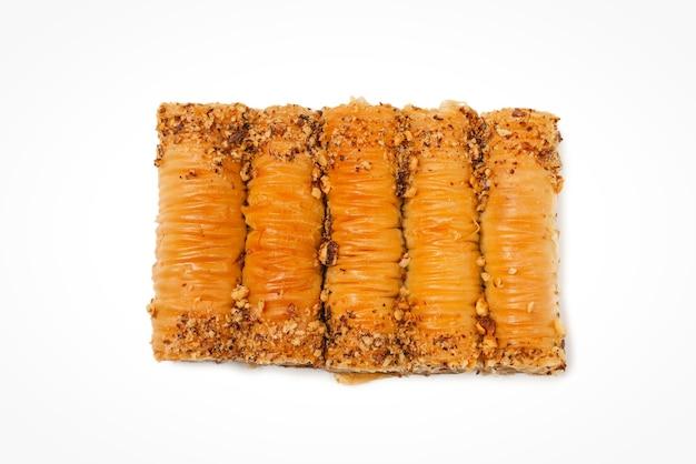 Baklava doce delicioso isolado na superfície branca. vista do topo.