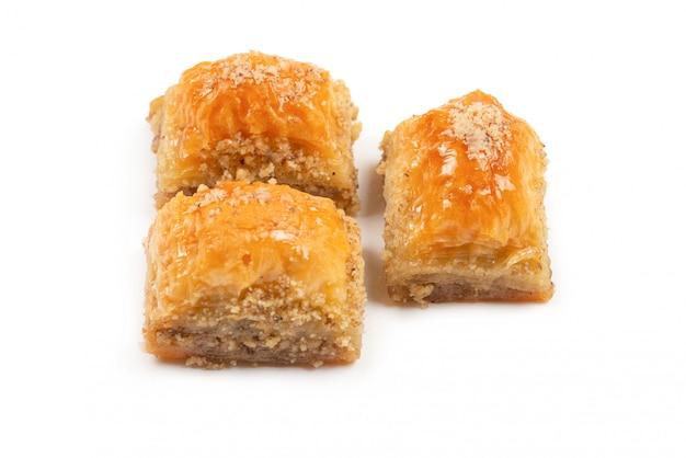 Baklava doce delicioso isolado no fundo branco.