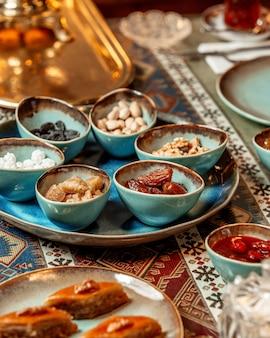Baklava e frutas secas com nozes em cima da mesa