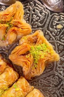 Baklava fresco em um prato, baklava servido com pistache
