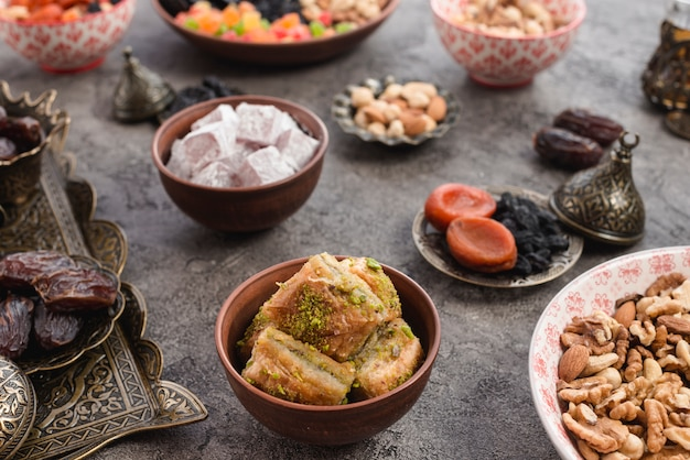 Baklava sobremesa turca com pistache e nozes para o ramadã