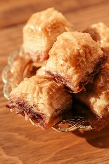 Baklava sobremesa turca na mesa de madeira