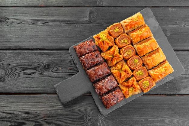 Baklava tradicional na mesa de madeira