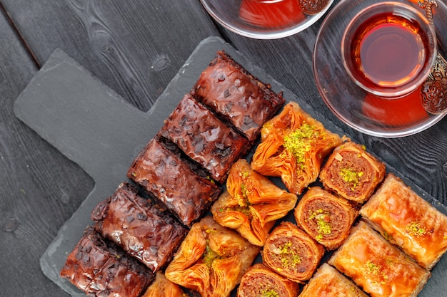 Baklava tradicional na mesa de superfície de madeira