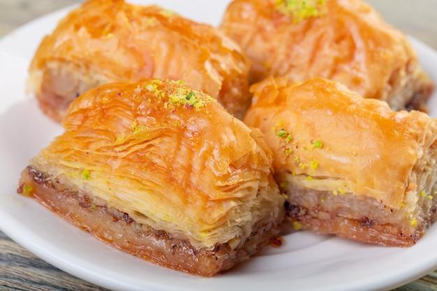 Baklava tradicional sobremesa árabe com caju, nozes e cardamomo com um ramo de eucalipto