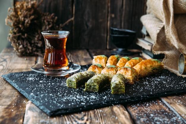 Baklava turco da sobremesa do mel e dos pistachios