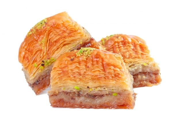 Baklava turco da sobremesa do ramadã isolado