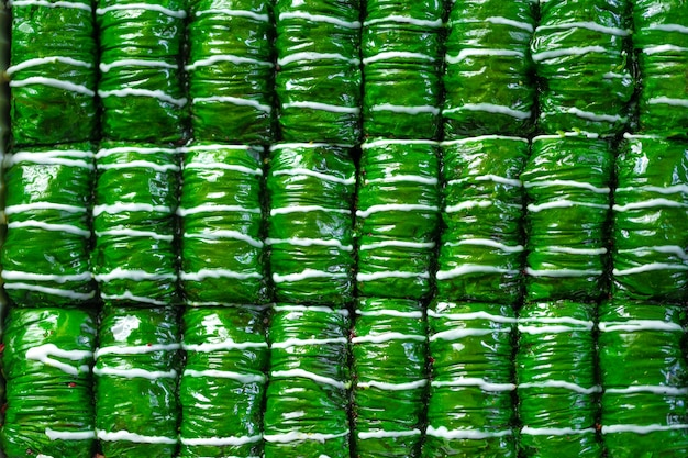 Baklava turco verde para sobremesa colocado em fileiras