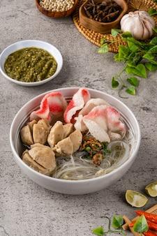 Bakso é uma almôndega da indonésia. sua textura é semelhante à bola de peixe chinesa.