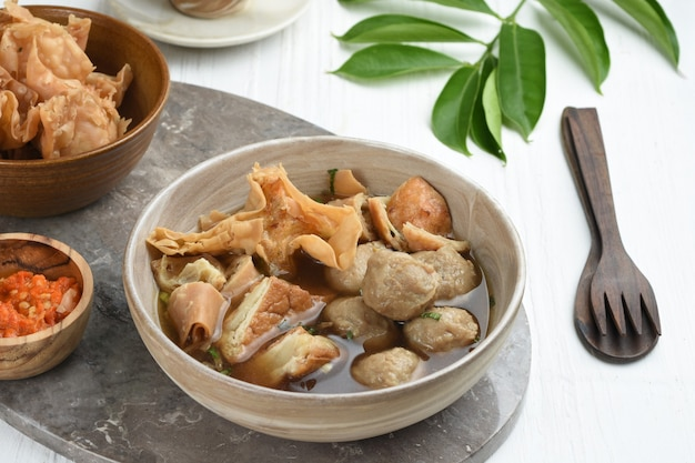 Bakso malang é uma almôndega típica de malang com coberturas adicionais, como bolinhos fritos e etc.