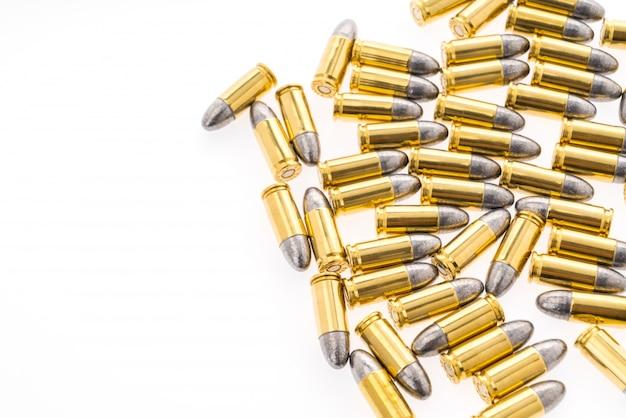 Bala de 9mm por arma no fundo branco