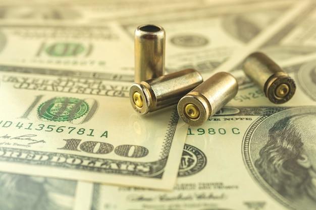 Bala para comércio de armas e conceito de problema de crime, bala na foto de fundo do dólar