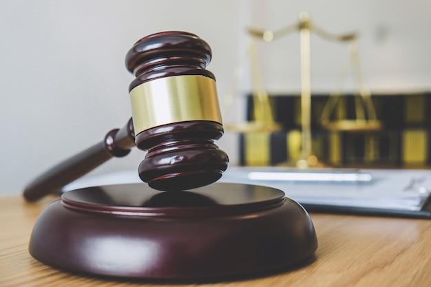 Balança da justiça e martelo no bloco de som, objeto e lei livro para trabalhar com juiz
