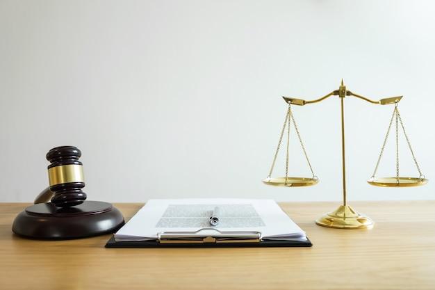 Balança da justiça e martelo no bloco de som