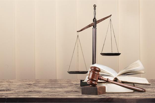 Balança de justiça e martelo de madeira. conceito de justiça