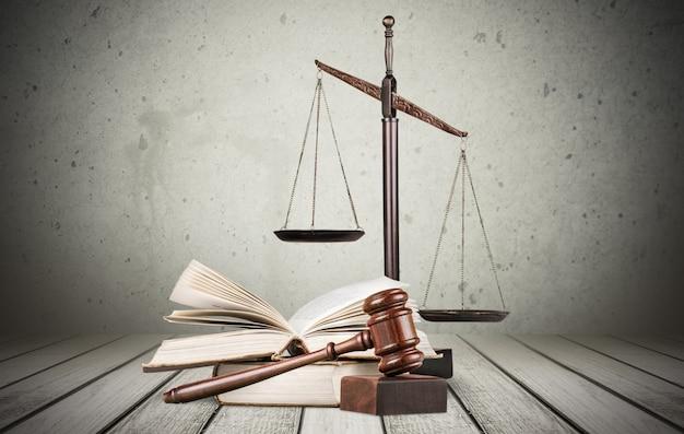 Balança dourada da justiça, martelo e livros isolados no branco