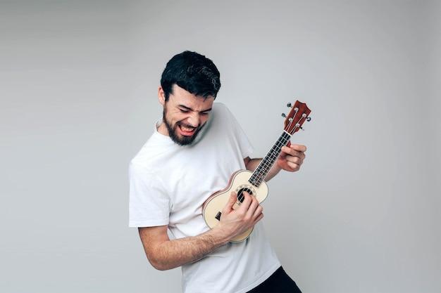 Balançando sozinho durante a reprodução no ukulele. músico praticando e se divertindo sozinho
