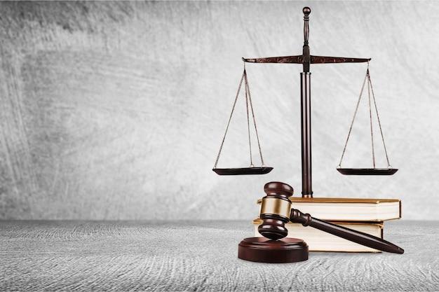 Balanças de justiça, martelo e livros, conceito de lei e justiça