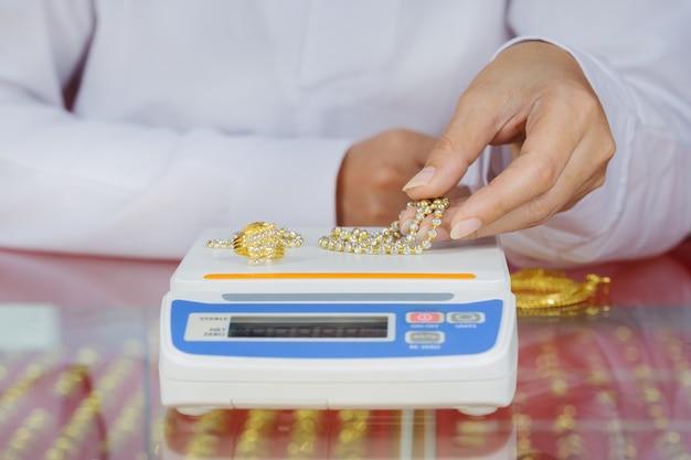 Balanças digitais para pesar anéis de ouro e colares com a mão