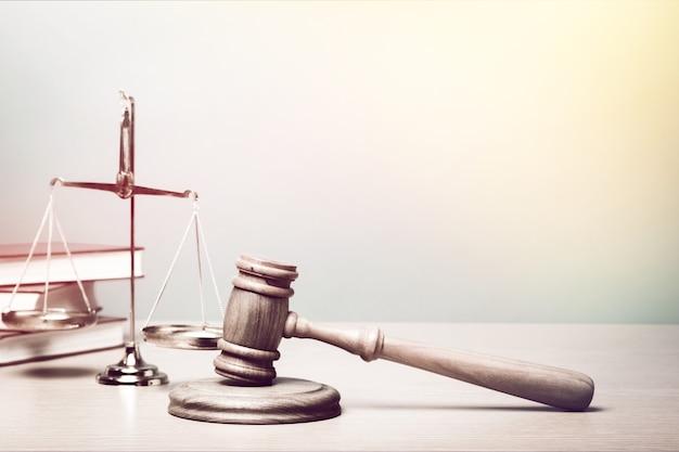 Balanças e livros da justiça e martelo de madeira