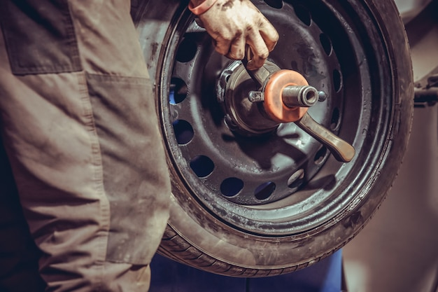 Balanceamento de rodas em máquinas especiais, adicionando pesos no serviço de pneus
