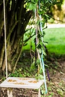 Balanço de madeira pendurado na árvore