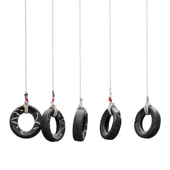 Balanço do pneu para acampamento de treinamento de aventura isolado no branco com traçado de recorte