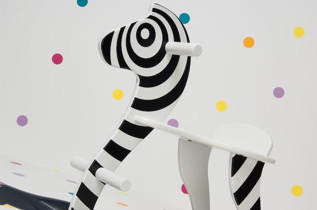 Balanço infantil de zebra de brinquedo de madeira em fundo branco