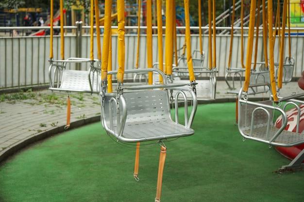 Balanços vazios do carrossel no parque de atrações