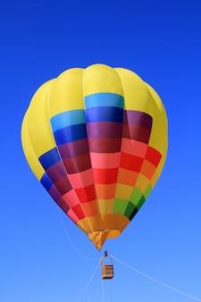 Balão colorido cores vivas no céu azul