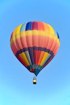 Balão colorido sobre o céu brilhante.