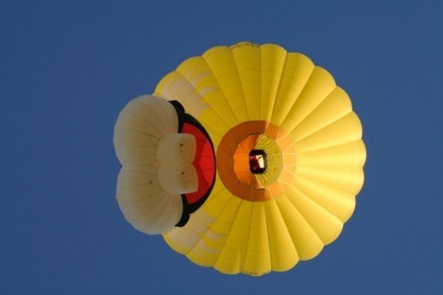 Balão de ar quente amarelo