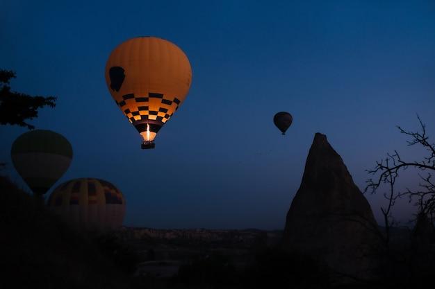 Balão de ar quente brilhante ao amanhecer em gurima capadócia