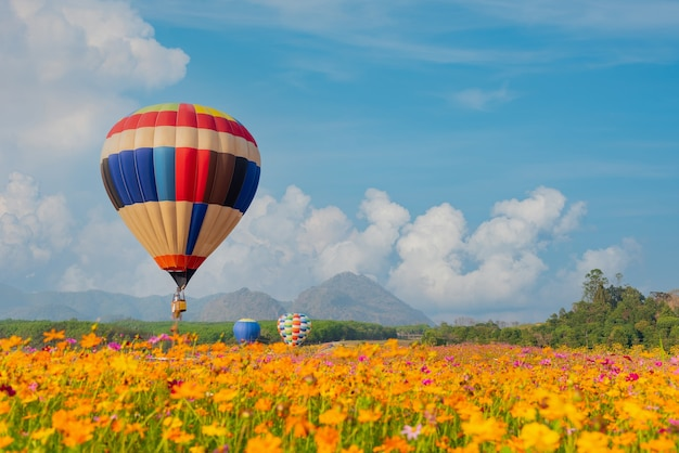 Balão de ar quente colorido voando no parque natural e no jardim. atividades ao ar livre e viagens na tailândia.