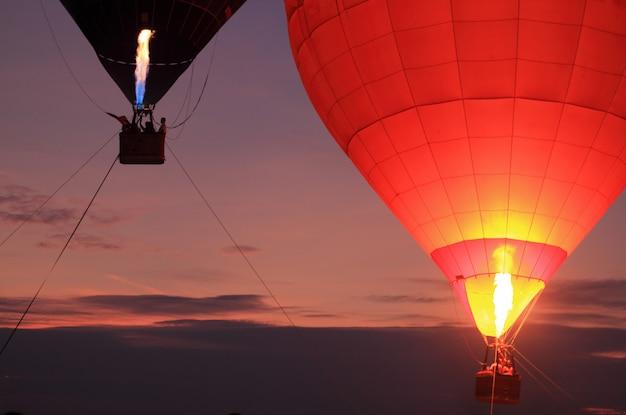 Balão de ar quente com céu pôr do sol