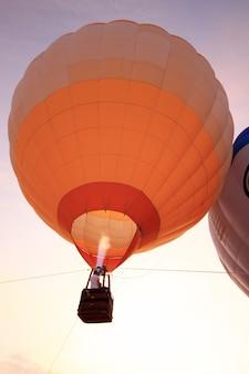 Balão de ar quente com pôr do sol