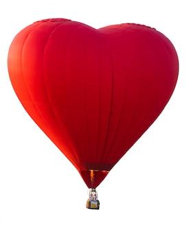 Balão de ar quente de coração vermelho com fundo branco isolado