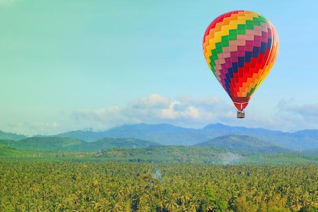 Balão de ar quente no céu azul