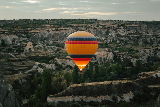 Balão de ar quente sobrevoando a capadócia ao amanhecer