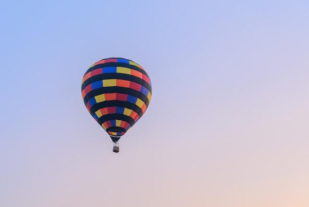 Balão de ar quente voando no céu