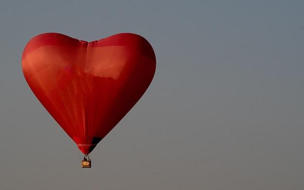 Balão de ar vermelho lindo no céu