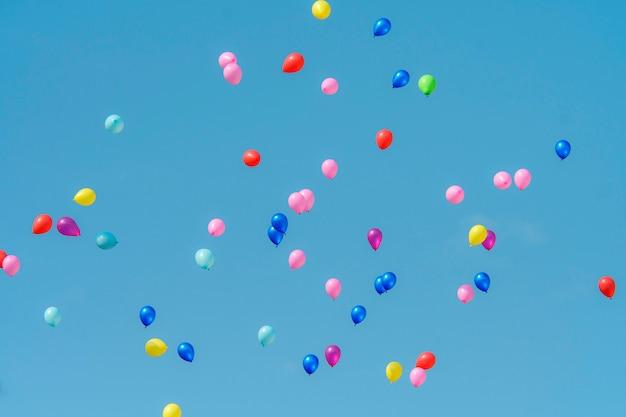 Balão de borracha com céu azul